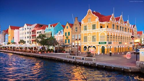 Hausfassaden und Penha Gebäude in Willemstad, Curacao