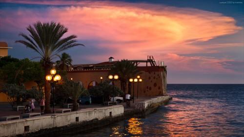 Sonnenuntergang hinter dem alten Fort in Willemstad, Curacao